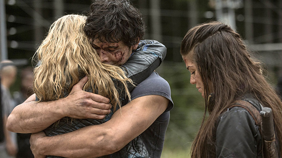 bob-morley-eliza-taylor-the-100-season-2-hug